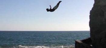 Plonger d'au moins 10 mètres (ou simplement sauter)